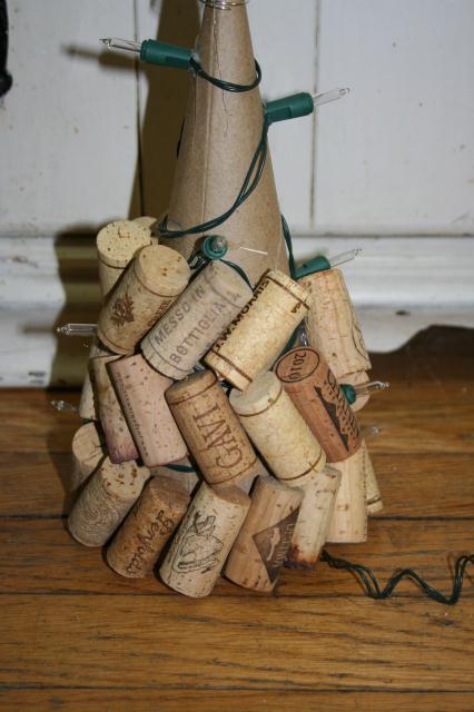 make a wine cork christmas tree simply rurban simply. Black Bedroom Furniture Sets. Home Design Ideas
